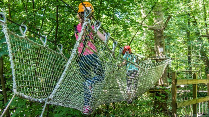 Enfants faisant de l'accrobranche à Natura Park.